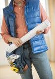 拿着图纸的建筑工人的中央部位 免版税图库摄影