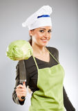 拿着圆白菜的妇女厨师 库存图片