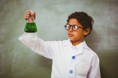 拿着圆锥形烧瓶的Bboy在教室 免版税库存照片