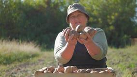 拿着土豆的农夫 与维生素的健康食物 新鲜和有机食品 素食主义者的概念,有机和 影视素材