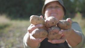 拿着土豆的农夫 与维生素的健康食物 新鲜和有机食品 素食主义者的概念,有机和 股票录像