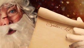 拿着圣诞老人名单的圣诞老人特写镜头 库存图片