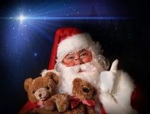 拿着圣诞老人微笑的女用连杉衬裤玩&# 免版税库存照片