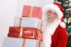 拿着圣诞老人的礼品 图库摄影