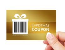 拿着圣诞节优惠券的手被隔绝在白色 免版税库存图片