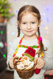 拿着圣诞节姜饼曲奇饼的逗人喜爱的女孩 图库摄影