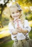 拿着圣诞节棒棒糖的逗人喜爱的小女孩户外 库存图片