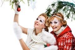 拿着圣诞节球的二个女孩 库存照片
