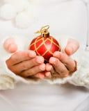 拿着圣诞节球的妇女的现有量 免版税图库摄影