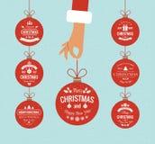 拿着圣诞节球的平的手 免版税库存图片