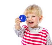 拿着圣诞节球,庆祝的一个小女孩的画象, 图库摄影
