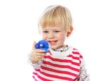 拿着圣诞节球,庆祝的一个小女孩的画象, 库存照片