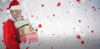拿着圣诞节礼物的圣诞老人画象的综合图象 库存图片