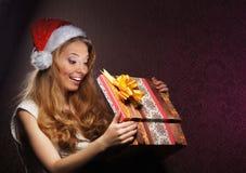 拿着圣诞节礼物的女孩的纵向 图库摄影