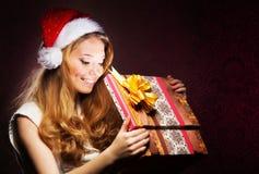 拿着圣诞节礼物的女孩的画象 图库摄影