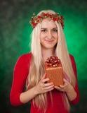 拿着圣诞节礼物的女孩 免版税图库摄影