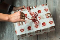 拿着圣诞节礼物的女性手 图库摄影