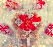 拿着圣诞节礼物的妇女手 库存照片