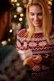 拿着圣诞节礼物的妇女画象 免版税库存照片