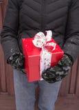 拿着圣诞节礼物的播种的妇女 免版税库存照片