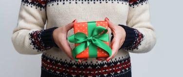 拿着圣诞节礼物的无法认出的妇女 库存图片