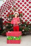 拿着圣诞节礼物的男孩 免版税库存图片