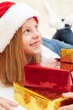 拿着圣诞节礼物的美丽的小女孩 免版税库存照片