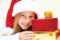 拿着圣诞节礼物的美丽的小女孩 图库摄影