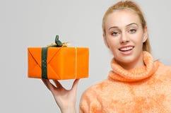 拿着圣诞节礼物的美丽的红色头发妇女 库存图片