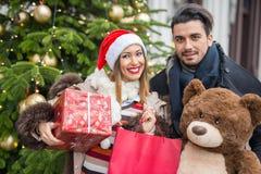 拿着圣诞节礼物的美好的夫妇 库存图片