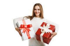 拿着圣诞节礼物的逗人喜爱的微笑的小女孩被隔绝在白色背景 节假日概念 库存图片