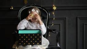 拿着圣诞节礼物盒的孩子手中 使用与xmas玩具,圣诞快乐和愉快新的美丽的小女孩 股票录像