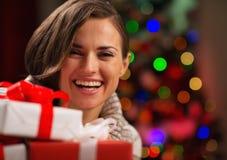 拿着圣诞节礼物盒的愉快的少妇 库存照片