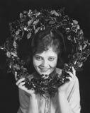 拿着圣诞节花圈的妇女画象(所有人被描述不更长生存,并且庄园不存在 供应商保单 库存图片