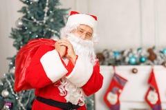 拿着圣诞节袋子的圣诞老人 免版税库存图片