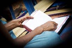 拿着圣经的印地安手 免版税库存照片
