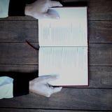 拿着圣经的播种的妇女 库存图片