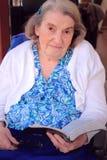 拿着圣经的有残障的妇女 免版税库存照片