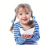 拿着在一白色backgr的一个小女孩的画象纸小船 免版税图库摄影