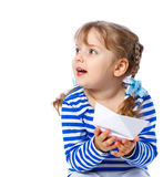 拿着在一白色backgr的小女孩纸小船 免版税库存图片