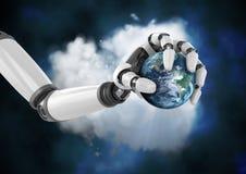 拿着在云彩前面的机器人手地球 免版税库存图片