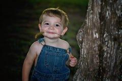 拿着在他的嘴的愉快的男孩麦子与总体  免版税库存图片