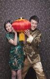 拿着在传统衣物的年轻夫妇中国灯笼 图库摄影