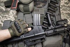 拿着在作战设备的手一杆步枪 免版税库存图片