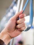 拿着在公共交通的手扶手栏杆 图库摄影