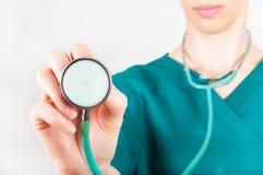拿着在听诊器的医生妇女一个听诊器焦点 库存照片