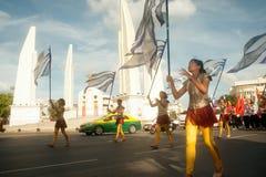 拿着在和谐世界木偶狂欢节的演员旗子在曼谷 库存照片
