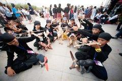拿着在和谐世界木偶狂欢节的演员木偶在曼谷 库存图片