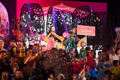拿着在和谐世界木偶狂欢节的演员木偶在曼谷 库存照片