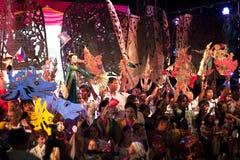 拿着在和谐世界木偶狂欢节的演员木偶在曼谷 图库摄影